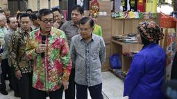 Wapres RI, Jusuf Kalla bersama Menteri Hukum dan HAM, Yasonna Laoly meninjau Pameran Produk Unggulan Narapidana di Jakarta, Selasa (26/3). Beragam Produk Unggulan 33 divisi pemasyarakatan Kanwil Kemenkumham se-Indonesia dipamerkan hingga 29 Maret, mendatang. (Liputan6.com/Helmi Fithriansyah)