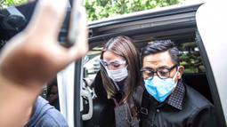 Selebritas Gisella Anastasia atau Gisel (kiri) didampingi pengacaranya tiba di Gedung Ditreskrimsus Polda Metro Jaya, Jakarta, Rabu (23/12/2020). Gisel diperiksa sebagai saksi atas kasus video syur mirip dirinya. (Liputan6.com/Faizal Fanani)