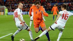 Vincent Janssen mencoba melewati hadangan dua pemain Belarus pada kualifikasi Piala Dunia 2018 di Stadion De Kuip, Rotterdam. Belanda menang 4-1. (REUTERS/United Photos/Toussaint Kluiters)