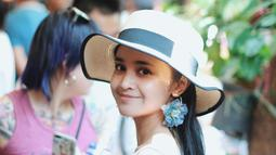 Wanita kelahiran 20 Januari 1995 ini juga pandai memadupadankan busana putih dengan aksesoris tambahan. Seperti kali ini dress putih yang dipadukan dengan topi berwarna krem, serta anting bunga yang membuatnya makin anggun.   (Liputan6.com/IG/@michelleziu)