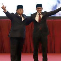 Calon Presiden dan Wakil Presiden nomor urut 02 Prabowo Subianto-Sandiaga Uno menyapa relawan dan pendukungnya saat pidato kebangsaan di JCC, Jakarta, Senin (14/1) malam. Pidato kebangsaan mengusung Indonesia Menang. (merdeka.com/Iqbal S Nugroho)