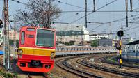 Kereta api comumuter line, salah satu transportasi massa yang banyak dipilih.