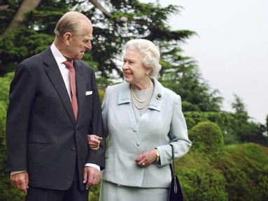 Dalam foto file 18 November 2017 ini memperlihatkan Ratu Inggris Elizabeth II dan Duke of Edinburgh Pangeran Philip, berpose untuk foto di Broadlands yang menandai ulang tahun pernikahan berlian mereka.  (Fiona Hanson/PA via AP)