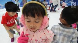 Ekspresi seorang anak saat bermain dengan sajlu dan es di Snow Village pada salah satu pusat perbelanjaan di kawasan Tangerang Selatan, Banten, Senin (17/12). (Merdeka.com/Arie Basuki)