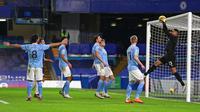 Penjaga gawang Manchester City Zack Steffen menangkap bola saat melawan Chelsea pada pertandingan Liga Inggris di Stamford Bridge, London, Inggris, Minggu (3/1/2021). Manchester City mempermalukan Chelsea dengan skor 3-1. (AP Photo/Ian Walton/Pool)