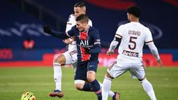 Gelandang Paris Saint-Germain, Marco Verratti (tengah), berebut bola dengan dua pemain Bordeaux, Mehdi Zerkane (kiri) dan Otavio Henrique dalam laga lanjutan Liga Prancis 2020/21 di Parc de Princes Stadium, Sabtu (28/11/2020). Hasil akhir PSG dan Bordeaux bermain imbang 2-2. (AFP/Franck Fife).