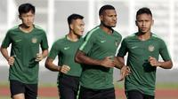 Pemain Timnas Indonesia U-22, Marinus Wanewar dan Osvaldo Haay, saat latihan di Stadion Madya, Senayan, Jakarta, Senin (4/3). Latihan tersebut untuk persiapan kualifikasi Piala AFC U-23. (Bola.com/M Iqbal Ichsan)