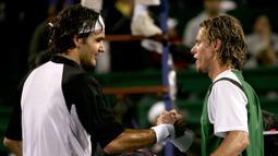 2. Tahun 2004 - Roger Federer (Swiss) berhadapan dengan Lleyton Hewitt (Australia) dalam partai final yang berlangsung di Westside Tennis Club, Houston, Texas, USA (21/11/2004). Roger Federer menang dengan skor 6-3, 6-2. (AFP/Clive Brunskill /Via Getty Images)