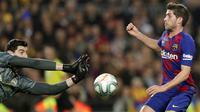 Gelandang Barcelona, Sergi Roberto, berebut bola dengan kiper Real Madrid, Thibaut Courtois, pada laga La Liga 2019 di Stadion Camp Nou, Rabu (18/12). Kedua tim bermain imbang 0-0. (APBernat Armangue)