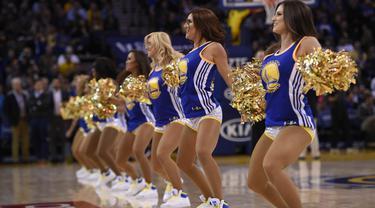 Penampilan pemandu sorak pada laga NBA antara Golden State Warriors melawan Detroit Pistons di Oracle Arena, California, USA, Senin (9/11/2015). (EPA/John G.Mabanglo)