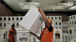 Petugas Penanganan Prasarana dan Sarana Umum (PPSU) membawa kotak suara Pemilu 2019 wilayah Kecamatan Pulogadung di Gedung KNPI, Jakarta, Kamis (18/4). Kecamatan Pulogadung memiliki tujuh kelurahan yang terdiri atas 803 TPS dan 3.212 kotak suara Pemilu 2019. (merdeka.com/Iqbal Nugroho)