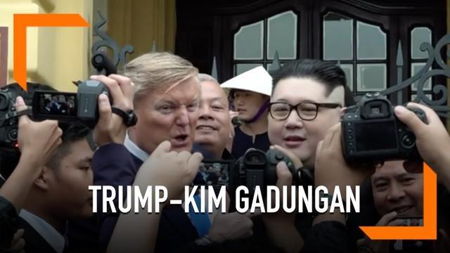 Publik tengah dihebohkan dengan munculnya peniru Donald Trump dan Kim Jong Un. Kedua peniru ini muncul jelang pertemuan puncak kedua Kim-Trump di Hanoi, Vietnam.