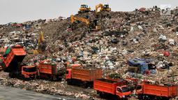 Antrean truk sampah dari Jakarta saat akan menurunkan muatan di TPST Bantar Gebang, Bekasi, Jawa Barat, Senin (18/3). TPST Bantar Gebang diprediksi bakal penuh pada tahun 2021 mendatang. (merdeka.com/Arie Basuki)