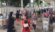 Suasana kolong skybridge atau Jembatan Penyebrangan Multifungsi (JPM) Tanah Abang, Jakarta, Rabu (7/11). Molornya pembangunan skybridge menyebabkan PKL kembali menjajakan dagangannya, meskipun dilarang Pemprov DKI Jakarta. (Liputan6.com/Immanuel Antonius)