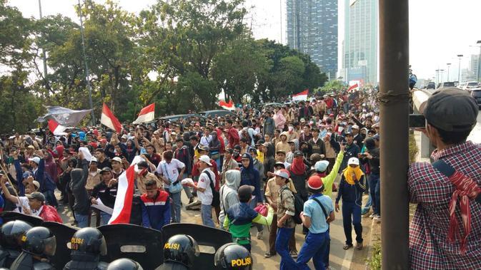 Demo massa berseragam putih abu-abu dan pramuka terjadi di kawasan Palmerah, Jakarta Pusat. (Liputan6.com/Ady Anugrahadi)