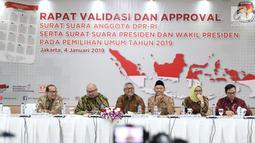 Ketua KPU RI, Arief Budiman (ketiga kiri) memimpin rapat validasi dan persetujuan surat suara pemilihan Presiden dan Wakil Presiden serta anggota DPR RI pemilu 2019 di Jakarta, Jumat (4/1). (Liputan6.com/Helmi Fithriansyah)