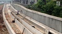 Penampakan kontruski pembangunan proyek kereta ringan (Light Rail Transit/LRT) di kawasan Kampung Makassar, Jakarta, Rabu (19/7). Proyek ini ditargetkan rampung pada tahun 2018. (Liputan6.com/Immanuel Antonius)