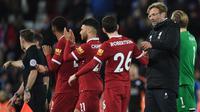 Manajer Liverpool, Jurgen Klopp mengucapkan selamat kepada timnya, Andrew Robertson seusai laga pekan ke-21 Premier League kontra Leicester City di Anfield, Sabtu (30/12). Liverpool menutup tahun 2017 dengan kemenangan 2-1. (Paul ELLIS / AFP)
