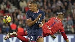 Penyerang Paris Saint-Germain (PSG), Kylian Mbappe dan kiper Olympique Lyon, Anthony Lopes berebut bola dalam laga pekan keenam Liga Prancis di Stadion Parc des Princes, Senin (20/9/2021) dini hari WIB. PSG menang dengan skor tipis 2-1. (AP Photo/Francois Mori)