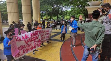 Puluhan mahasiswa dari Pergerakan Mahasiswa Islam Indonesia (PMII) Cabang Kota Gorontalo menggelar aksi di depan Kantor Gubernur (Arfandi Ibrahim/Liputan6.com)