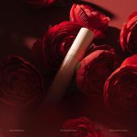 Nuansa merah untuk wujudkan tampilan bibir yang penuh pernyataan. (Foto: DearMeBeauty/ Instagram)