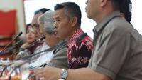 Komisioner KPU, Wahyu Setiawan (tengah) memimpin rapat bersama perwakilan parpol, Jakarta, Rabu (27/2). Rapat membahas jadwal kampanye dan rapat umum serta sosialisasi fasilitasi iklan kampanye Pemilu 2019 di media massa. (Liputan6.com/Helmi Fithriansyah)