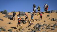 Para peserta bersaing dalam lomba lari Marathon des Sables ke-34 tahap kedua di Gurun Sahara, Maroko, Senin (8/4). Marathon des Sables merupakan salah satu lomba lari terekstrem di dunia. (JEAN-PHILIPPE KSIAZEK/AFP)