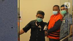 Tersangka kasus korupsi bansos Covid-19 Matheus Joko Santoso digiring petugas di Gedung KPK, Jakarta, Minggu (6/12/2020). KPK menahan tiga orang tersangka yakni pejabat pembuat komitmen di Kemensos Matheus Joko Santoso serta pihak swasta Ardian IM dan Harry Sidabuke (Liputan6.com/Herman Zakharia)