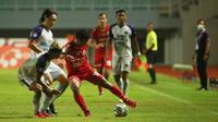 Pemain Persija Jakarta, Osvaldo Haay (tengah) mengontrol dibayangi oleh pemain Persita, Muhammad Toha dan Sin Yeong Bae pada pertandingan pekan kelima BRI Liga 1 di Stadion Pakansari, Selasa (28/9/2021). (Bola.com/ M Iqbal Ichsan)