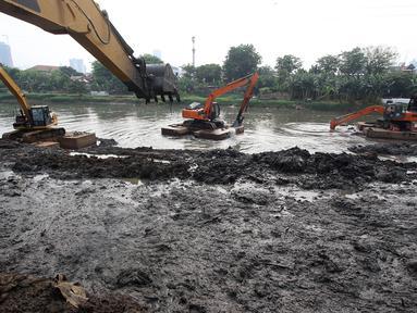 Alat berat mengeruk lumpur yang mengendap di Kanal Banjir Barat, Jakarta, Jumat (3/11). Pengerukan dilakukan sebagai langkah antisipasi banjir seiring memasuki musim hujan. (Liputan6.com/Immanuel Antonius)