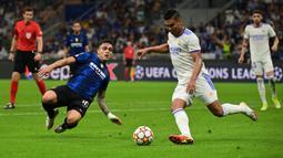 Usai itu giliran Real Madrid yang memiliki peluang. Casemiro yang melakukan akselerasi dari tengah berhasil mendapat celah di pertahanan Inter dan melepaskan tembakan yang masih melenceng tipis di kanan gawang Samir Handanovic. (Foto: AFP/Miguel Medina)