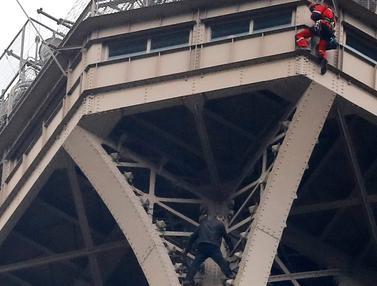 Pria Panjat Menara Eiffel
