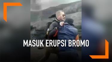 Seorang turis asing mencoba masuk ke area Gunung Bromo yang masih erupsi. Saking niatnya, ia bahkan mendorong penjaga yang menghalanginya.