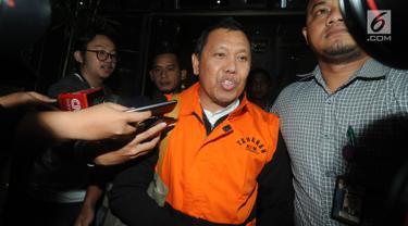 Direktur Utama PTPN III (Persero) Dolly Pulungan usai menjalani pemeriksaan di Gedung KPK, Jakarta, Rabu (4/9/2019). Dolly Pulungan resmi ditetapkan sebagai tersangka dan ditahan 20 hari ke depan terkait dugaan menerima suap pengelolaan distribusi gula di PTPN III. (merdeka.com/Dwi Narwoko)