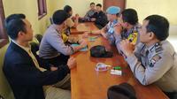 Koordinasi Kepolisian, TNI, pemerintah desa dan pihak terkait lainnya terkait kebakaran Gunung Sumbing. (Foto: Liputan6.com/Polsek Kalikajar/Muhamad Ridlo)