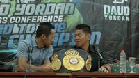 Daud Yordan (kiri) berbincang dengan Promotor Mahkota Boxing, Raja Sapta Oktohari saat press conference di Hotel Bidakara, Jakarta, Rabu (25/4/2018). Daud Yordan berhasil meraih gelar juara kelas ringan WBA Asia dan WBO Intercontinental. (Bola.com/Nick Ha