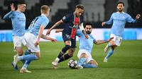 Neymar dikeroyok pemain Manchester City. PSG kandas dengan skor 1-2 pada leg 1 semifinal Liga Champions. (Anne-Christine POUJOULAT / AFP)