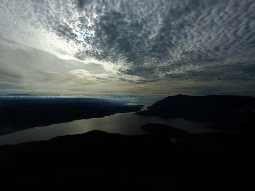 Pesona pagi di Bukit Pusuk Buhit, Pulau Samosir, Sumatera Utara, berlatar Danau Toba. (Liputan6.com/Reza Efendi)