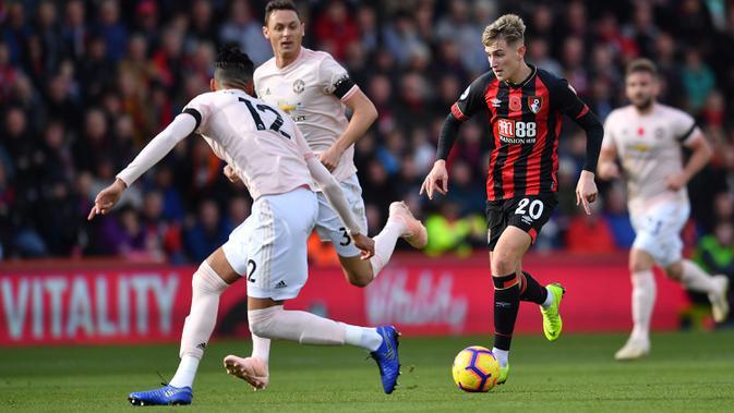 Gelandang Bournemouth, David Brooks, berusaha melewati bek Manchester United, Chris Smailing, pada laga Premier League di Stadion Vitality, Bournemouth, Sabtu (3/11). Bournemouth kalah 1-2 dari MU. (AFP/Ben Stansall)