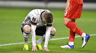 Pemain Jerman Timo Werner tertunduk setelah dia melewatkan peluang besar untuk mencetak gol ke gawang Makedonia Utara pada pertandingan Grup J kualifikasi Piala Dunia 2022 di Duisburg, Jerman, Rabu (31/3/2021). Jerman kalah 1-2. (AP Photo/Martin Meissner)