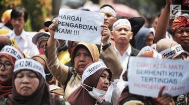 Pegawai honorer DKI Jakarta menggelar demo di Balai Kota, Jakarta, Rabu (26/9). Mereka menuntut Gubernur DKI Jakarta Anies Baswedan mengangkat mereka menjadi PNS. (Liputan6.com/Faizal Fanani)