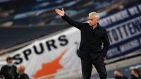 Pelatih Tottenham Hotspur, Jose Mourinho, memberikan arahan kepada pemainnya saat menghadapi Everton pada laga lanjutan Premier League di Tottenham Stadium, Selasa (7/7/2020) dini hari WIB. Tottenham menang 1-0 atas Everton. (AFP/Adam Davy/pool)