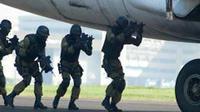 Sejumlah anggota pasukan Den Bravo Paskhas melakukan simulasi penanggulangan teroris di Bandara Husein Sastranegara, Bandung, Jawa Barat. (Antara)