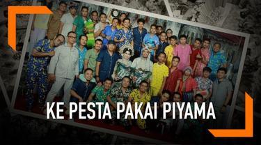 Bukannya pakai batik atau baju resmi lainnya, para tamu ini justru memilih datang dengan mengenakan piyama alias baju tidur. Peristiwa unik ini terjadi di Kabupaten Barru, Sulawesi Selatan.
