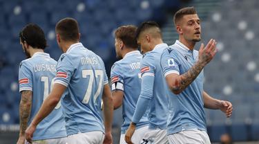 Gelandang Lazio, Sergej Milinkovic-Savic (kanan) melakukan selebrasi usai mencetak gol pertama timnya ke gawang Crotone dalam laga lanjutan Liga Italia 2020/2021 pekan ke-27 di Olimpico Stadium, Roma, Jumat (12/3/2021). Lazio menang 3-2 atas Crotone. (AP/Alessandra Tarantino)
