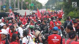 Massa pendukung pasangan calon presiden dan wakil presiden nomor urut 01 Jokowi-Ma'ruf Amin saat berkumpul di sekitar Bundaran HI, Jakarta, Sabtu (13/4). Ribuan orang berkumpul untuk menghadiri kampanye akbar pasangan Jokowi-Ma'ruf Amin di Stadion GBK. (Liputan6.com/Immanuel Antonius)