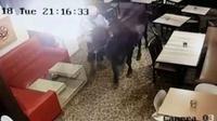 Sapi kurban yang masuk ke kafe terekam cctv. (dok. Istimewa/JawaPos.com)