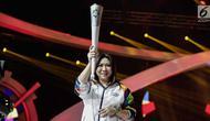 Mantan atlet bulutangkis Susi Susanti, memegang obor untuk Asian Games 2018 saat peluncuran Torch Asian Games dalam Konser 100 Hari Menuju Asian Games 2018 di Studio 6 Emtek, Jakarta, Kamis (10/5). (Liputan6.com/Faizal Fanani)
