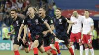 Para pemain Kroasia melakukan selebrasi usai mengalahkan Denmark pada laga 16 besar Piala Dunia di Stadion Nizhny Novgorod, Minggu (1/7/2018). Kroasia menang 3-2 atas Denmark lewat adu penalti. (AP/Gregorio Borgia)