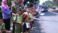 Pada hari kedua, peserta disambut anak-anak SD Badean yang meneriaki mereka dari pinggir jalan
